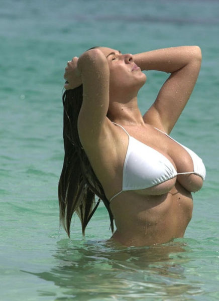 Girls Getting Wet (40 pics)