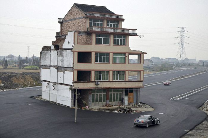 House in the Middle of a Motorway (8 pics)