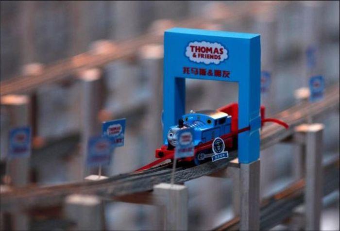Longest Toy Train Track (5 pics)