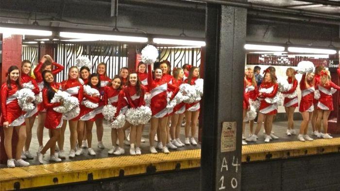 Cheerleaders in NYC Subway (5 pics)