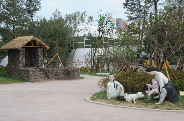 This Theme Park is SO Weird (41 pics)