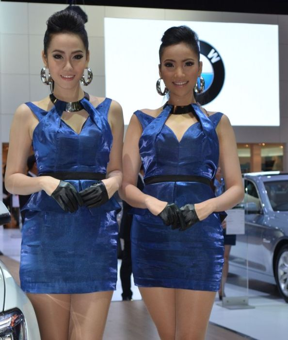 cewek spg mobil baju biru