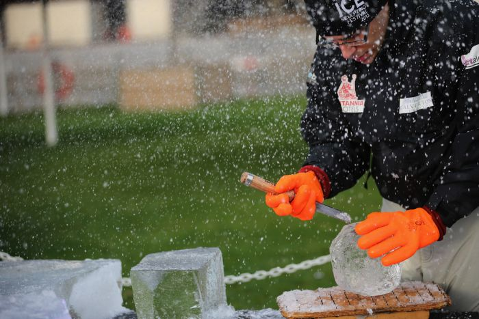 How to Build an Ice Sculpture (12 pics)