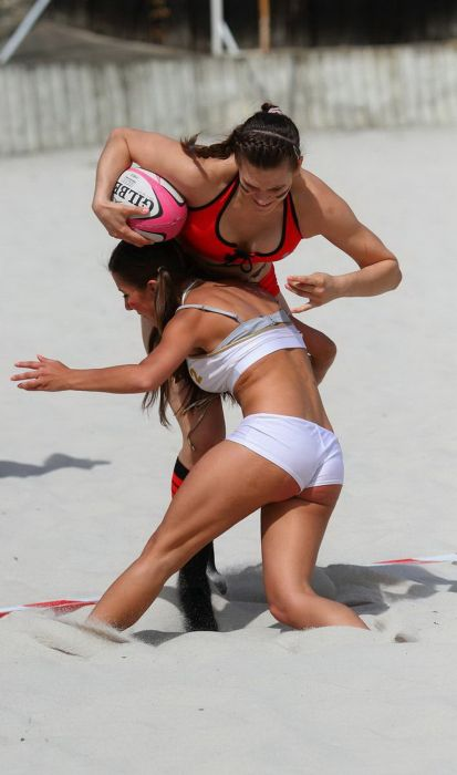 Girls Playing Football (67 pics)
