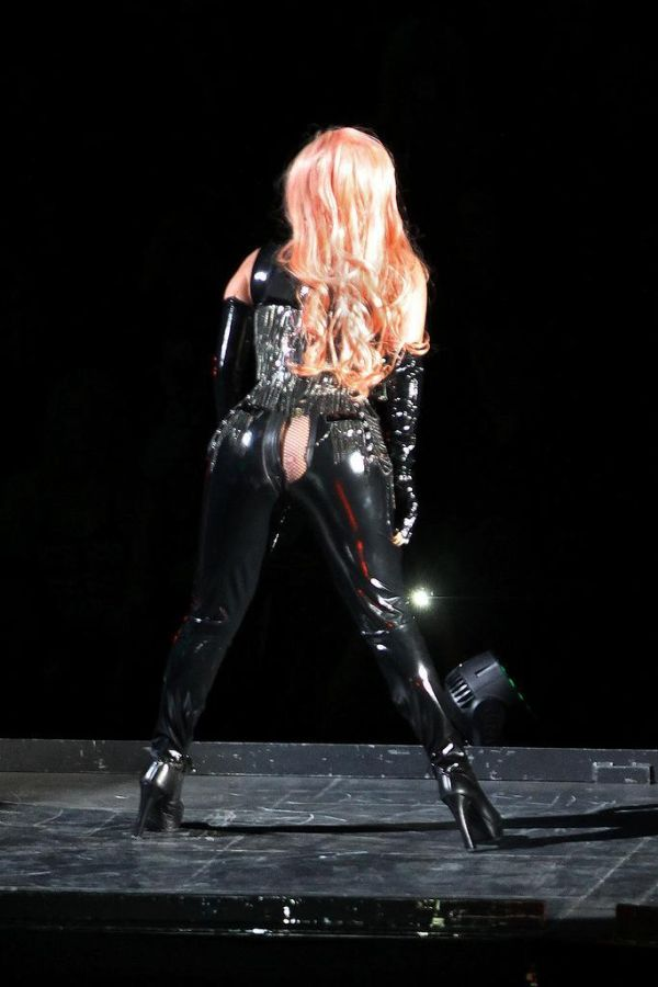 Lady Gaga's Pants Split On Stage in Vancouver (5 pics)