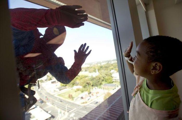 Superheroes Clean Windows (10 pics)