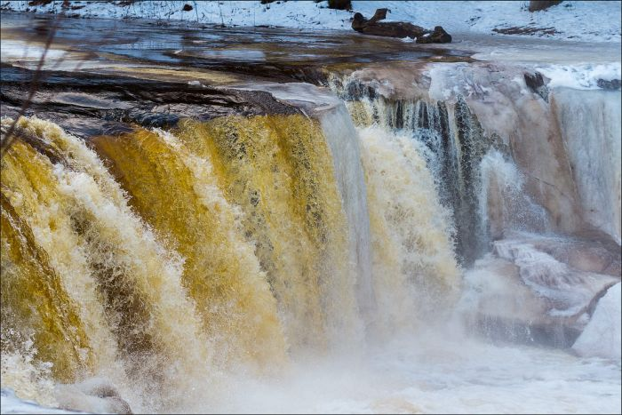 Beautiful Waterfall with a Rare Color (17 pics)