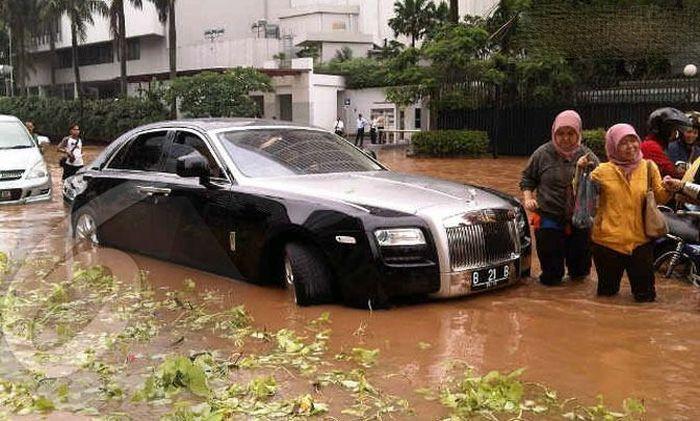 Flooded Rolls-Royce Ghost (12 pics)