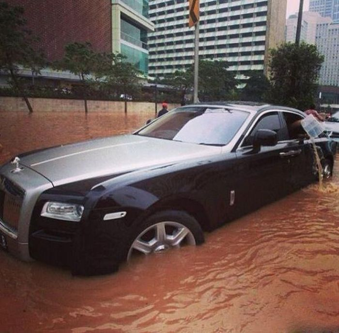 Flooded Rolls-Royce Ghost (12 pics)
