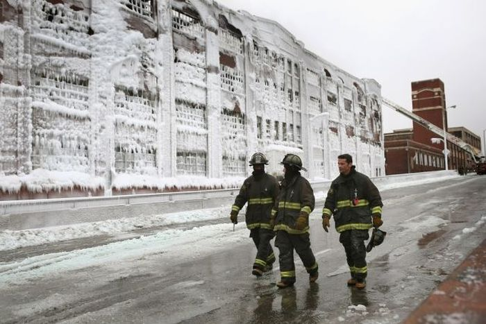 Abandoned Chicago Warehouse Covered in Ice (15 pics)