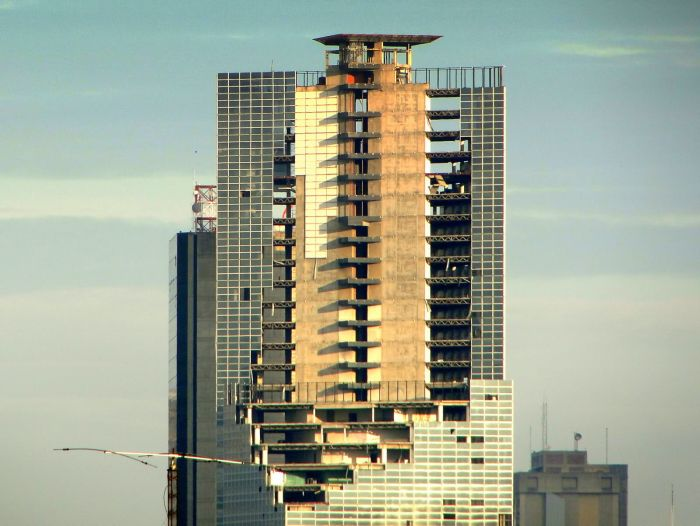 Thousands of People Live in Abandoned Skyscraper (20 pics)