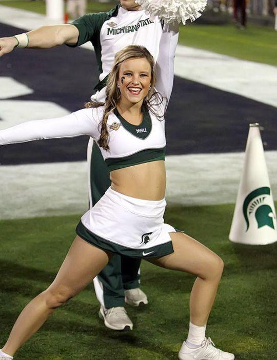 Indiana University vs University of Michigan Cheerleaders (70 pics)