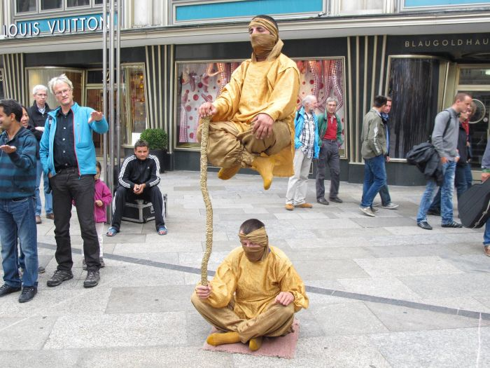 Levitating People (9 pics)