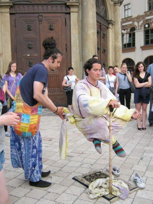 Levitating People (9 pics)