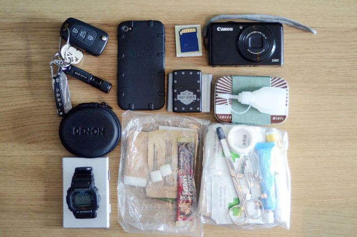 Personal Possessions of Random People (24 pics)