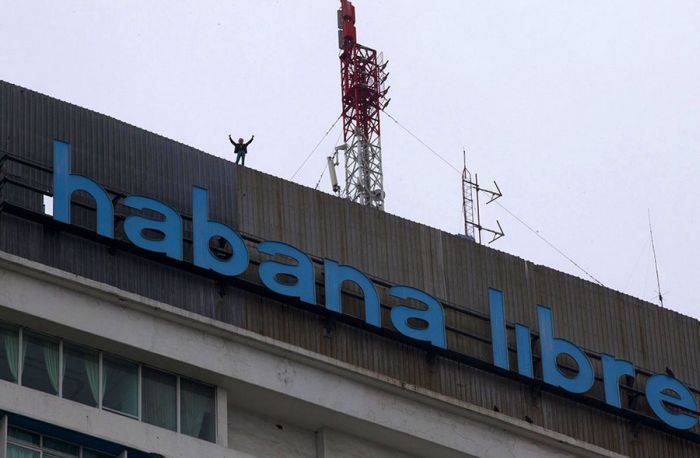 Alain Robert Climbs Cuba's Former Havana Hilton (11 pics)