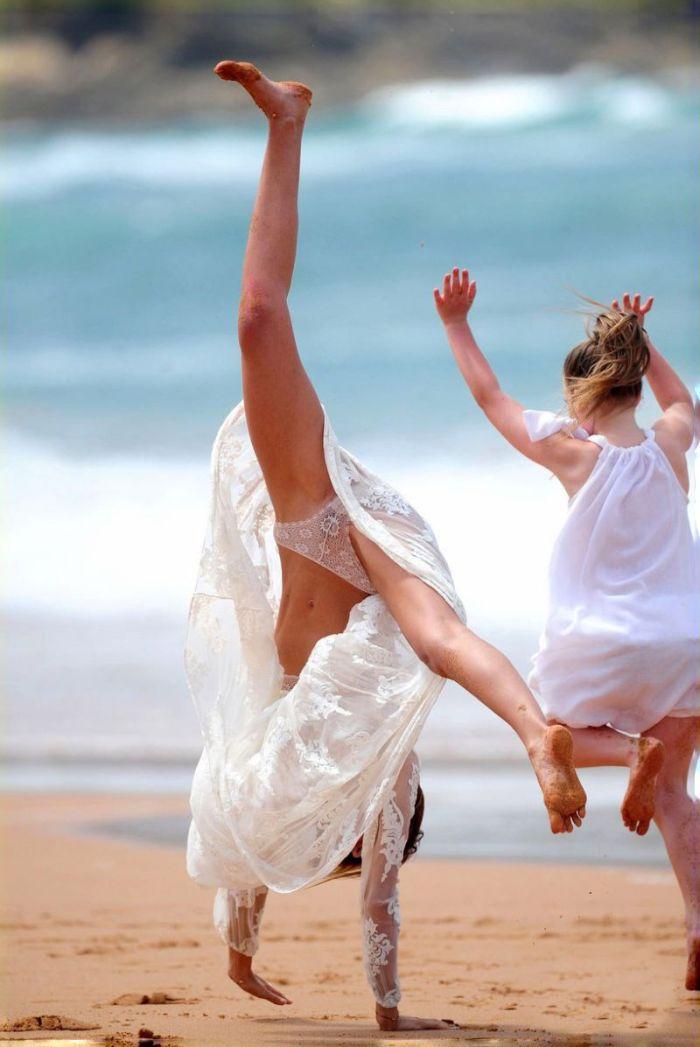 Miranda Kerr Doing Cartwheel (5 pics)