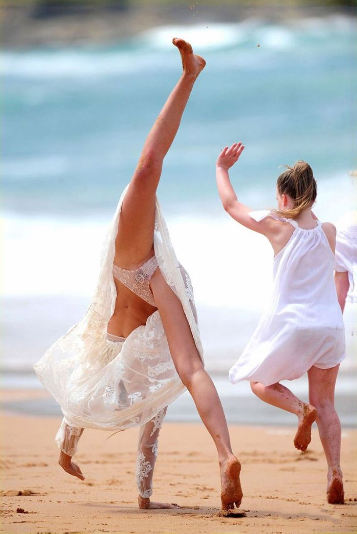Miranda Kerr Doing Cartwheel (5 pics)