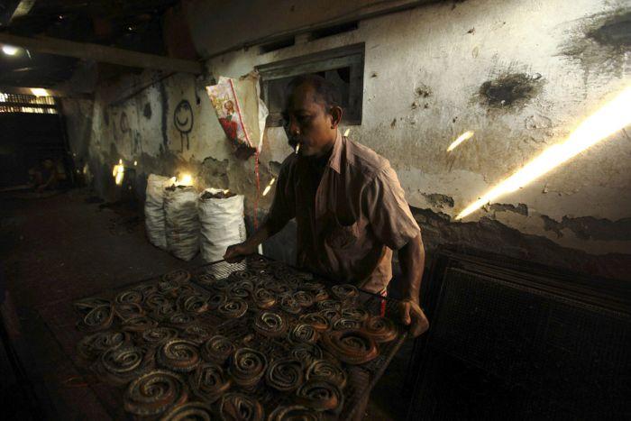 Production of Snakeskin Handbags (22 pics)
