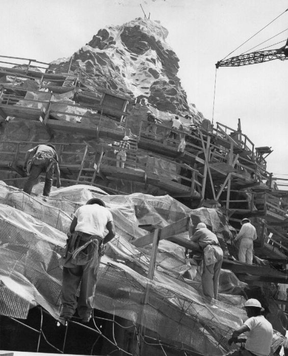Construction of Disneyland (14 pics)
