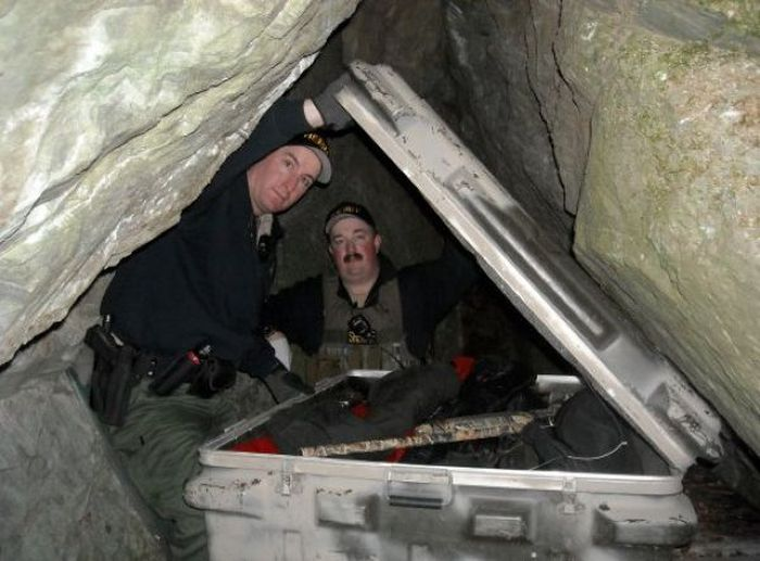 Cave with Guns, Drugs and Cash (8 pics)