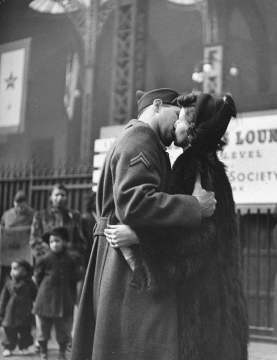 Wartime Kiss (20 pics)