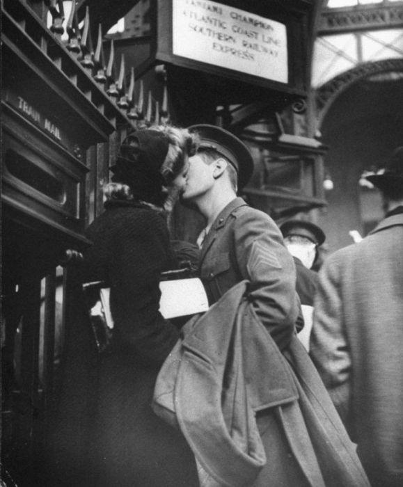 Wartime Kiss (20 pics)