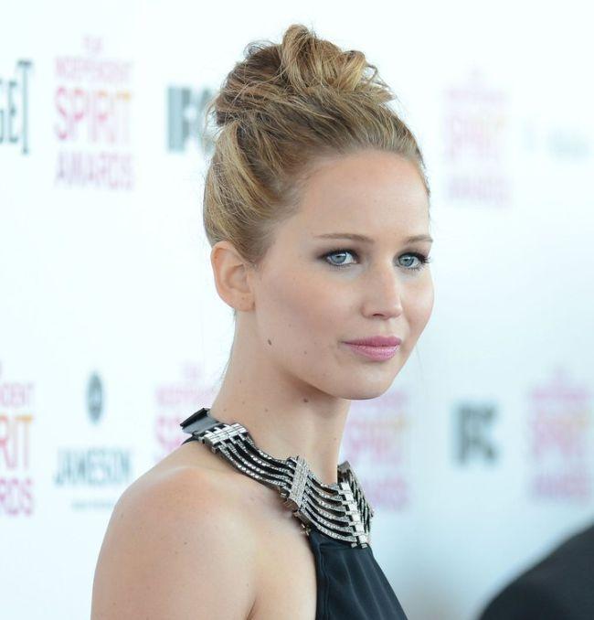 Braless Jennifer Lawrence (5 pics)