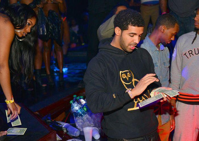 Drake at a Strip Club (25 pics)