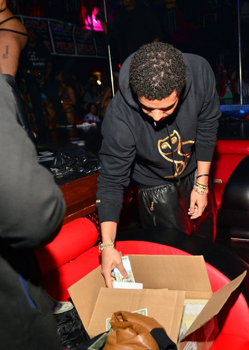 Drake at a Strip Club (25 pics)