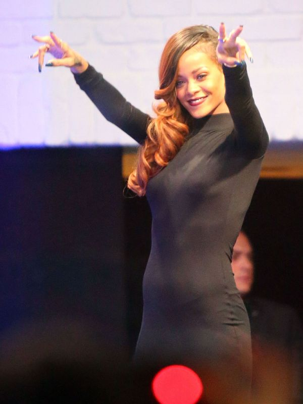 Rihanna in a Tight Dress (7 pics)