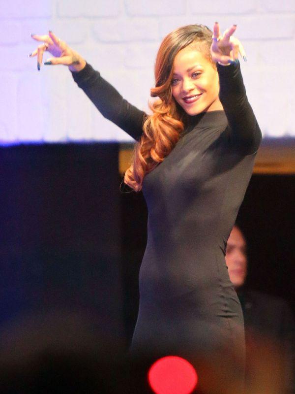 Rihanna in a Tight Dress (7 pics)