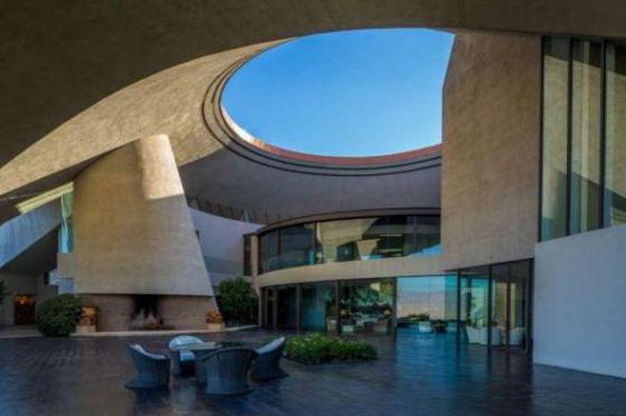 Bob Hope's Iconic John Lautner-Designed Volcano Home (11 pics)
