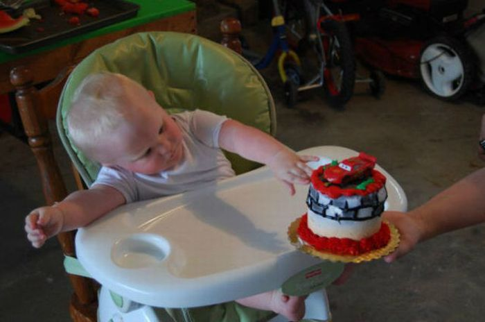 Kid Eats His First Birthday Cake (6 pics)