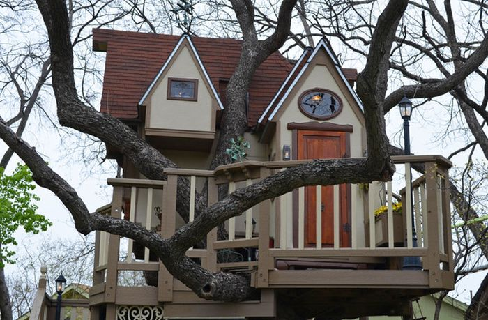 The Most Incredible Kids' Tree House Ever (18 pics)