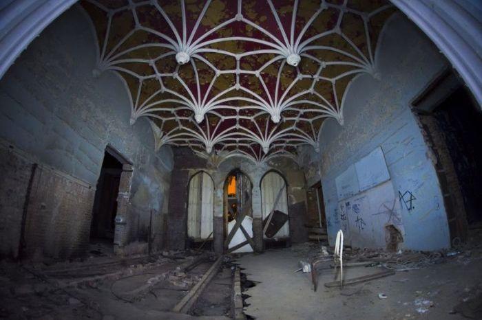 Chateau Miranda (46 pics)