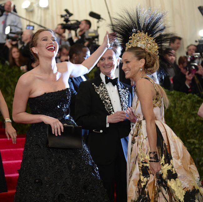 Jennifer Lawrence Photobombing Sarah Jessica Parker (2 pics)