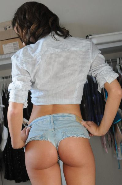 Hot Girls in Short Shorts (30 pics)