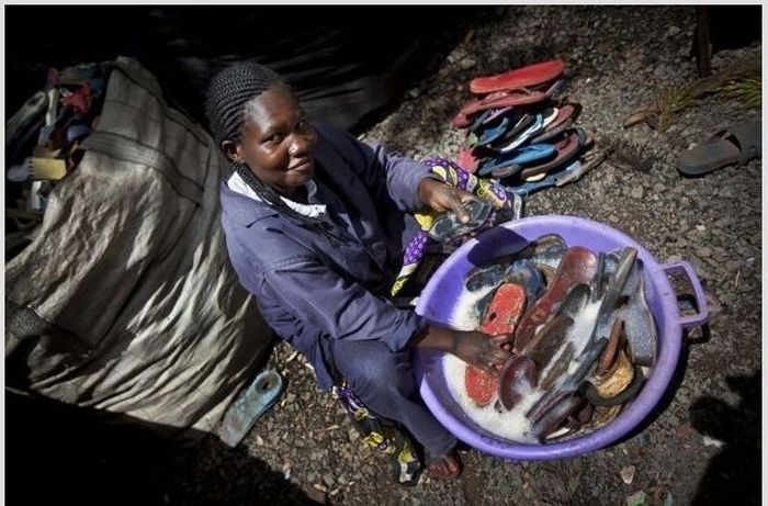 Recycling of Old Shoes in Africa (6 pics)