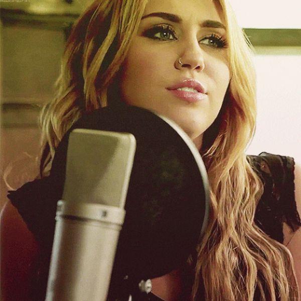 Miley Cyrus GIFs (30 gifs)