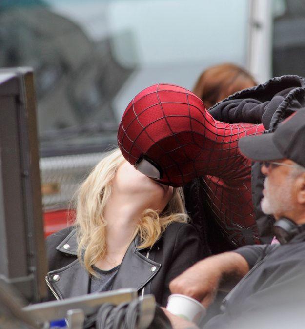 Emma Stone Kisses Spiderman (4 pics)