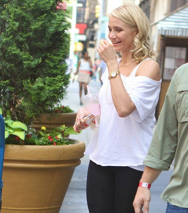 Cameron Diaz Looks Dangerous with a Knuckleduster (5 pics)