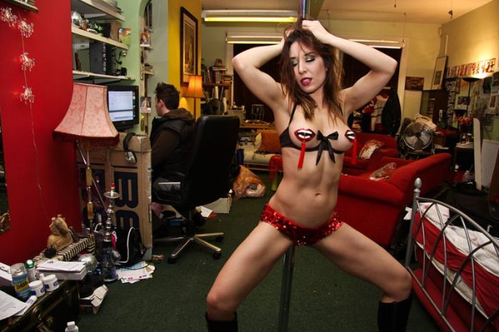 Strippers Behind the Scenes (14 pics)