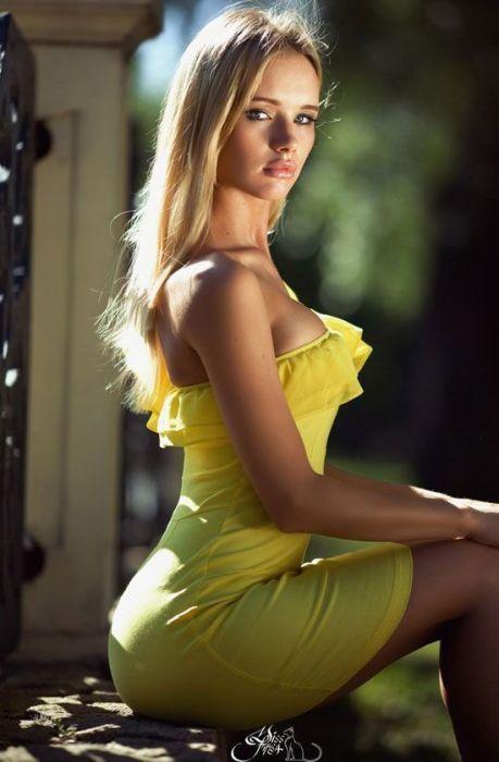 Mujeres hermosas con vestidos cortos