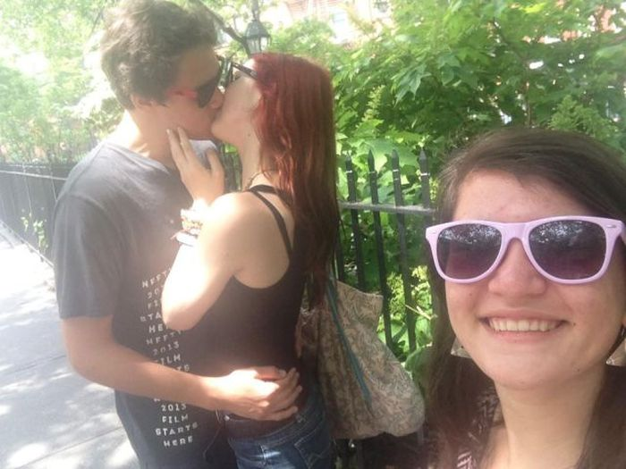 Photobombing Kissing People (41 pics)
