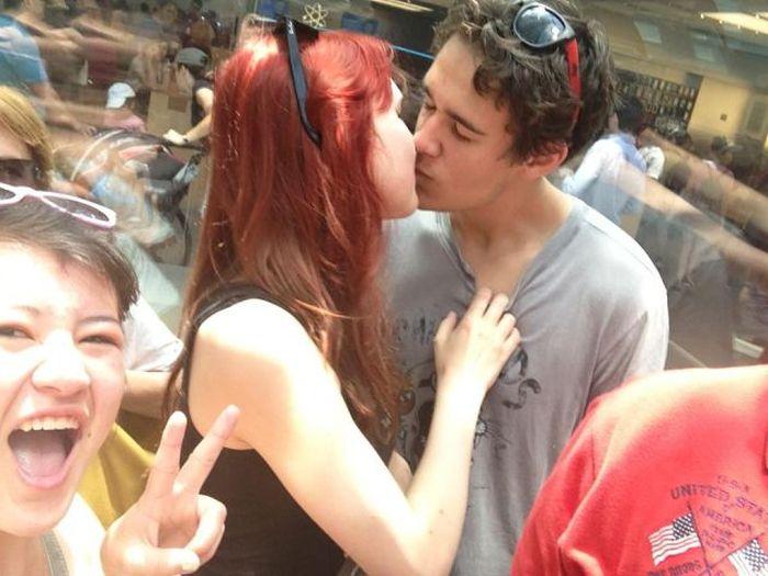 Photobombing Kissing People (41 pics)