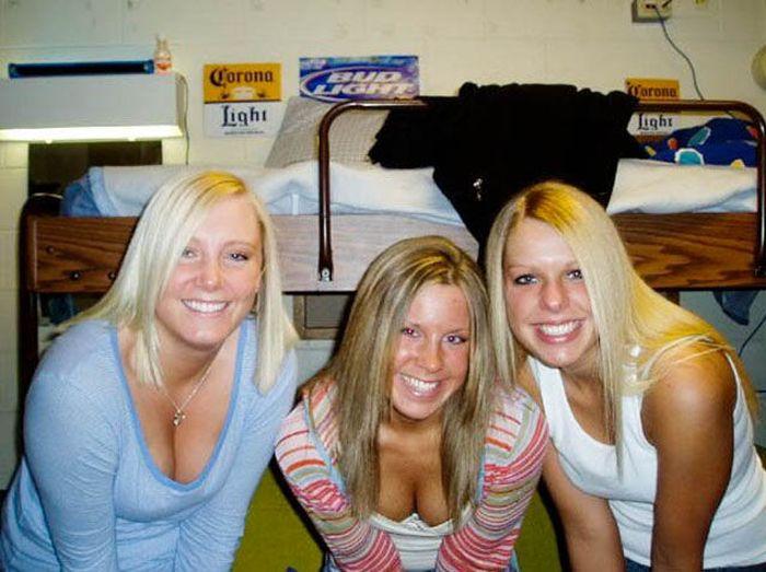 Cleavage Girls Have Fun (65 pics)