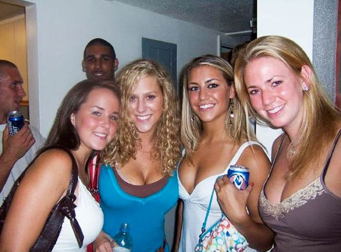 Cleavage Girls Have Fun (65 pics)