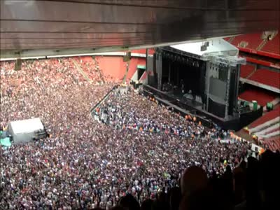 Crowd Singing Bohemian Rhapsody at Green Day's Concert in Emirates