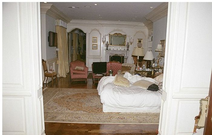 Michael Jackson's Bedroom at the Time of His Death (16 pics)